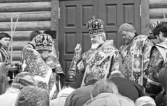 Архиепископ Самарский и Сызранский Сергий перед входом в новый храм на Обводном шоссе