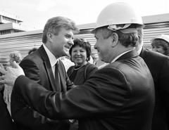 Бывший мэр Тольятти Анатолий Пушков демонстрировал оптимизм в церемонии выемки первого ковша земли под основание венчального