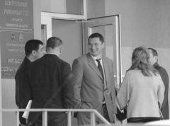 Абдул Бисултанов (крайний слева) перед началом судебного процесса обсуждает с группой нанятых адвокатов детали происходящего