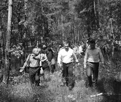 Александр Фетисов (в центре) встретился с дачниками пос. Прибрежного, участки которых оказались в лесу