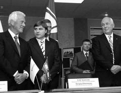 Основатель Magna Фрэнк Стронак (крайний слева) так и не сумел стать своим для Ростехн