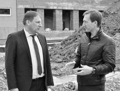 В политическом PR все средства хороши: Александр Живайкин (справа) учит подрядчика строительству школы