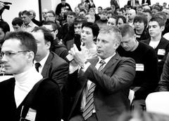 Денис Жидков (в центре с телефоном в руках), предпочел наблюдать за происходящим, растворившись среди гостей