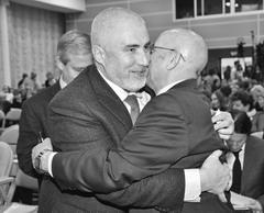 Владимир Бердников (слева), и Габибулла Хасаев (справа) встретились на заседании совета ректоров как давние друзья