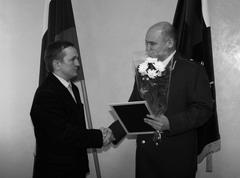 Прокурор Самарской обл. Юрий Денисов вручает диплом «За просветительскую деятел