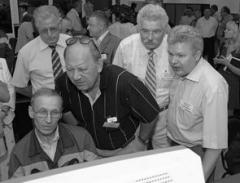 Виктор Тархов (в центре), в недавнем прошлом большой специалист по химическим предпри
