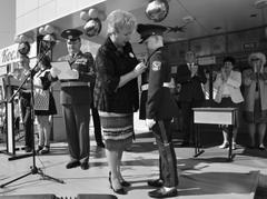 Директор МБУ «Школа им. Королева С.П.» Татьяна Подоляко присвоила отличившимся школьникам кадетские звания