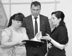 Виктория Каткова (справа) решила изучить проблемы тольяттинцев посредством своего заместителя Илдара Еналеева (в центре)