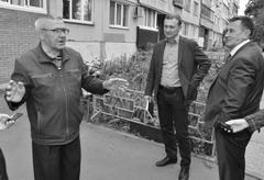 Артем Анисимов (в центре) лично выслушал мнение жителей о ходе реализации проекта «Городская среда»