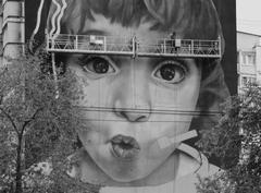 На фасаде дома по ул. Галактионовской 2, аргентинский художник Андрее Иглесиас рисует картину «Мальчик-космонавт»
