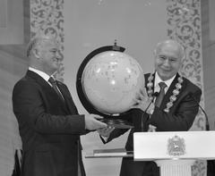 Председатель СГД Виктор Сазонов вручил Николаю Меркушкину, символический глобус Самарской обл.