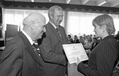 Шалва Амонашвили и Валерий Путько вручают педагогам сертификаты
