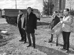Координатор проекта ОНФ «Генеральная уборка» Владимир Гутенев (на фото в центре) приехал поддержать активистов