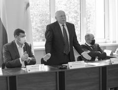 Юрий Смеловский (в центре) поблагодарил депутатов за оказанное ему доверие вновь возглавить думуг.о. Жигулевск
