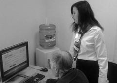 Сотрудники ЦОК помогают клиентам освоить электронные сервисы