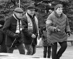В день 100 лет ВОСР Виталий Минчук (слева) и депутат СГД Геннадий Говорков возложили цветы к памятнику В.И. Ленину