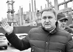 Павел Покровский (в центре) и Виктор Часовских (справа) проверили положение дел на стройке снесенного Дворца спорта.