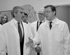 Владимир Аветисян (слева) и Дмитрий Азаров (справа) ознакомились с первым в регионе Центром ядерной медицины