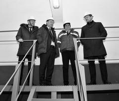 Директор СКС Владимир Бирюков (крайний справа) продемонстрировал достоинства насосно-фильтровальной станции №1