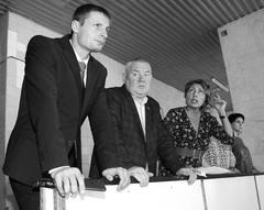 Геннадий Говорков (в центре) по заданию Александра Милеева собирал в МУ спорта и культуры информацию для проработки