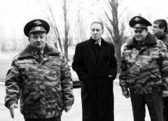 Руководитель коллегии адвокатов «Легал» Валерий Мирзоев (в центре) помог