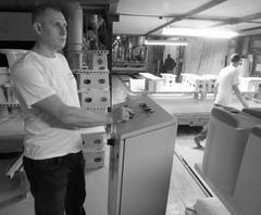 Обжигальщик туннельно-печного цеха завода «Самарский Стройфарфор» Александр Созимов на своем трудовом посту