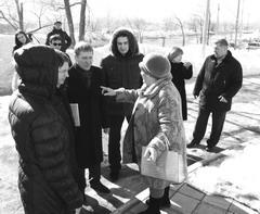 Зинаида Шеремеева активно втолковывает депутатам, как надо строить